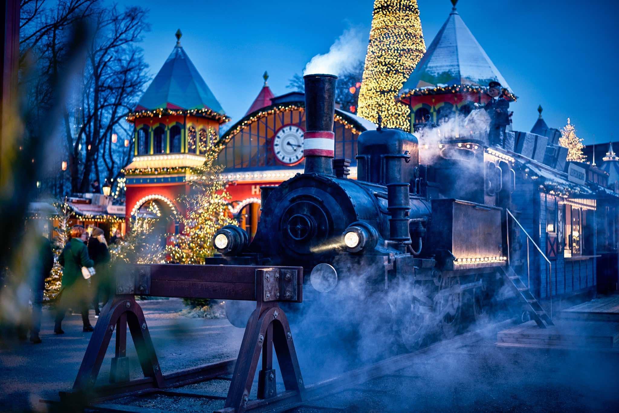 ebe8726f0b2 Vi glæder os til Jul. Vi glæder os til at besøge Tivoli.